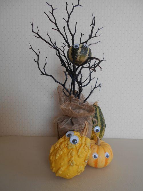 おもちゃカボチャと枯れ木