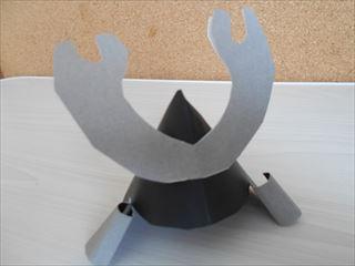 黒とグレーの折り紙の兜