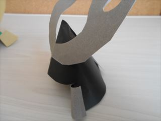 黒とグレーの折り紙の兜2