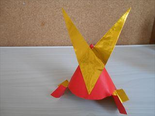 赤とゴールドの折り紙兜3