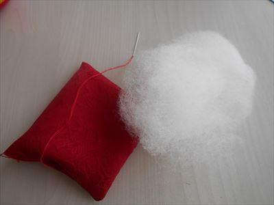 ミニ座布団に綿を入れる