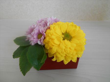 スプレー菊の花を挿す