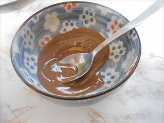 チョコレートにサラダ油を入れて混ぜる