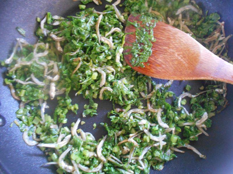 大根葉を炒めて調味料を入れる