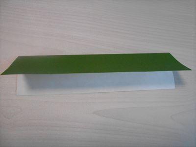 折り紙を縦に折る