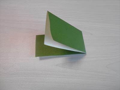 折り紙を横に折る