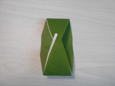 笹の形の折り紙を中心に向かって折る