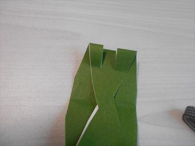 折り紙に切れ込みを入れる