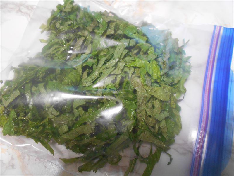 シソの葉をジップロックに入れて冷凍する